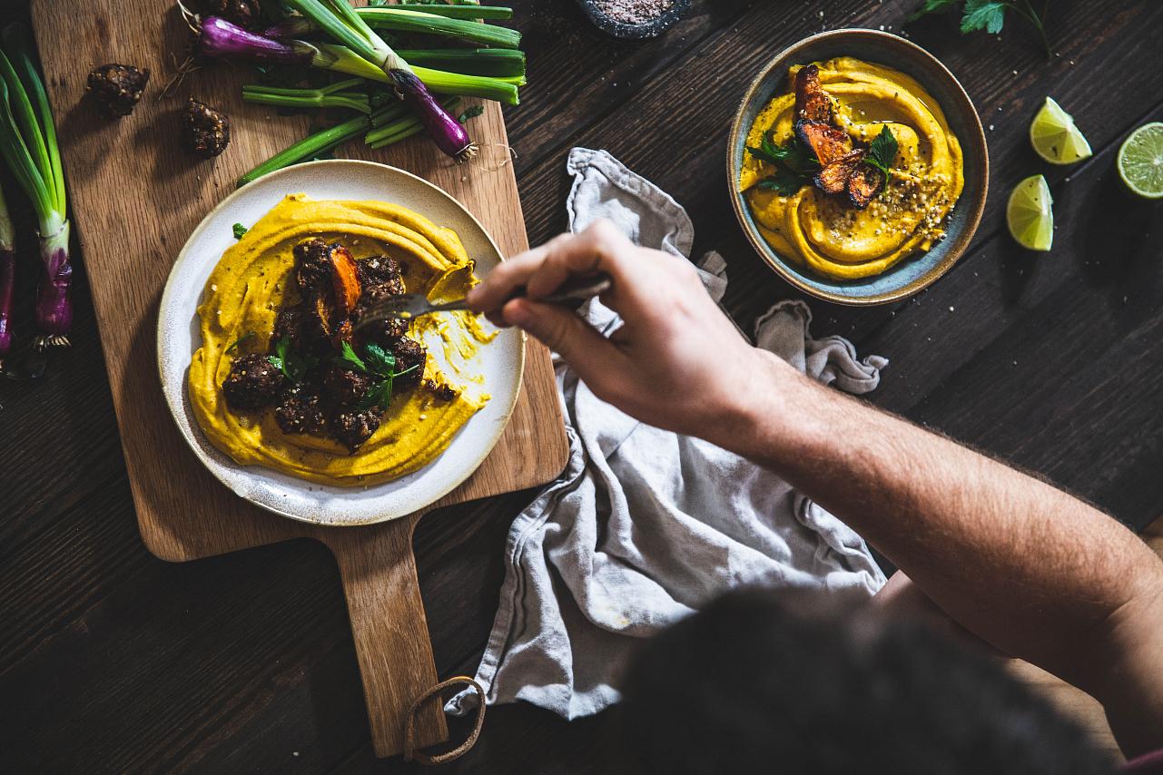 Kurkumový hummus z pečené zeleniny